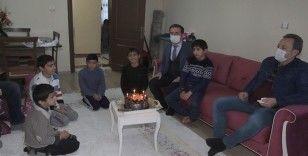 Kardan pastayla doğum günü kutlanan çocuğa valilikten sürpriz