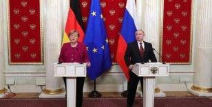 Putin ve Merkel, ortak Covid-19 aşı üretimini görüştü