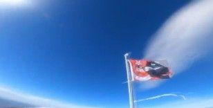 Uludağ'ın zirvesindeki bayrağı dağcılar yeniledi