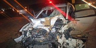 Kamyon ile otomobil kafa kafaya çarpıştı: 1 ölü, 2 yaralı