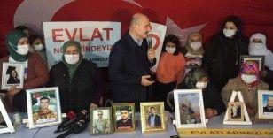 İçişleri Bakanı Soylu, HDP önünde evlatlarının yolunu gözleyen alilerle buluştu