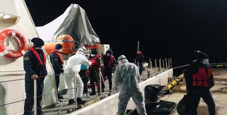 İzmir açıklarında Türk kara sularına itilen 28 sığınmacı kurtarıldı