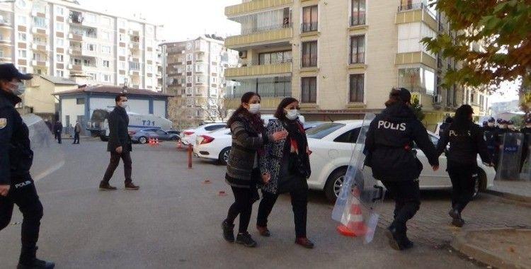 HDP'liler ile evlat nöbetindeki aileler arasında gerginlik