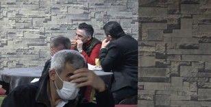 Kumar baskınında polis ceza yazarken onlar ekmek arası döner yedi