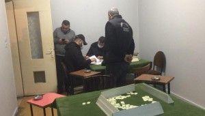 Mühürlenen kahvehanenin duvarını delip kumar oynadılar