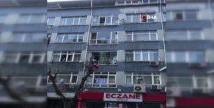 Fatih'te yabancı uyruklu kişi eline ne geçtiyse camdan attı