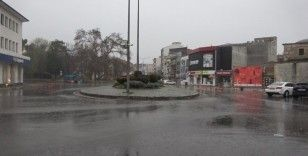 Sokağa çıkma yasağında sokaklar bu kez yağmurla yıkandı