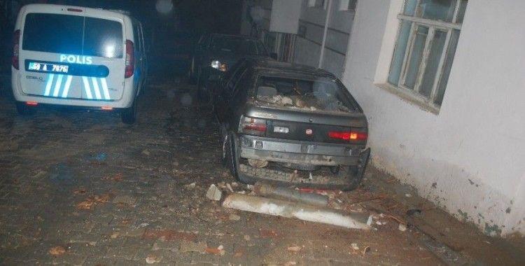 Sağanak yağışa dayanamayan yarım asırlık baca otomobilin üzerine devrildi