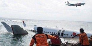 Endonezya'da düşen yolcu uçağındaki yolcuların ceset parçaları çıkarılıyor