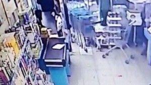 Pişkin hırsız market çalışanın elini ısırdı