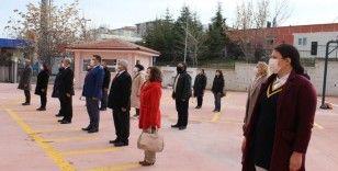 Öğrencisiz okullarda İstiklal Marşı'nı öğretmenler okudu