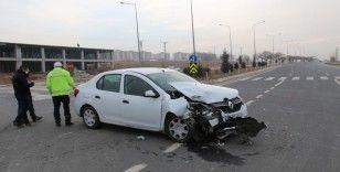 Elazığ otomobil ile transit çarpıştı: 3 yaralı