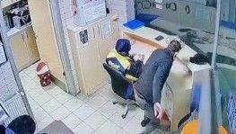 Kadın görevlinin arkasından yaklaştı, paraları alıp kaçtı