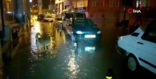 Silivri'de bazı cadde, sokak ve işyerlerini su bastı