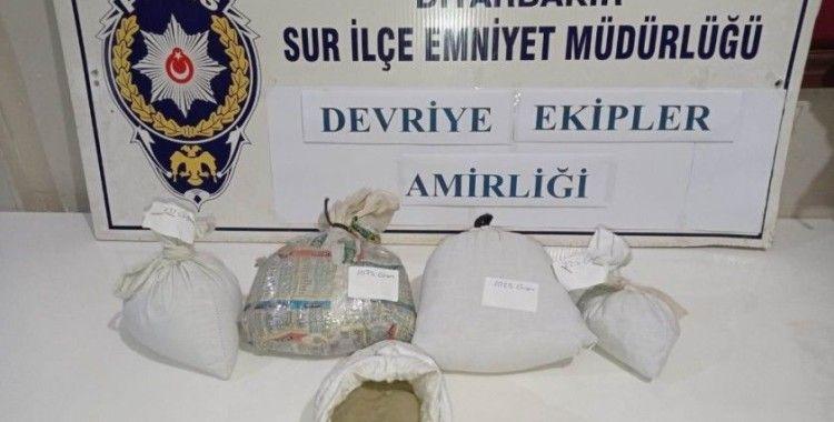 Polisi görüp bırakıp kaçtıkları araçtan 4 kilo esrar çıktı
