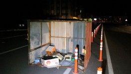 Şiddetli rüzgar beton direkleri yıktı, kabinleri yerinden söktü