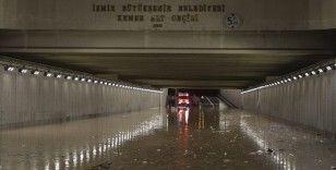 Sağanağın sele neden olduğu İzmir'de kent merkezine 78 kilogram yağış düştü