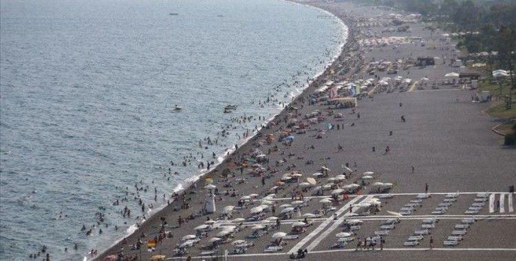 Aşıyla umutlanan 50 yaş üstü İngiliz turist yaz tatili için Türkiye'yi seçiyor