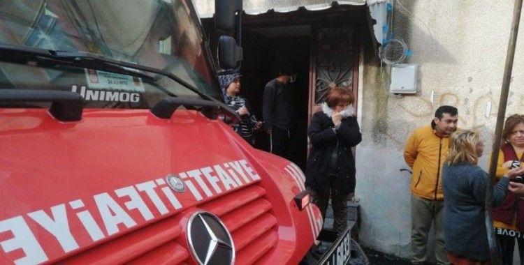 Kadıköy'de iki katlı binada çıkan yangın paniğe neden oldu