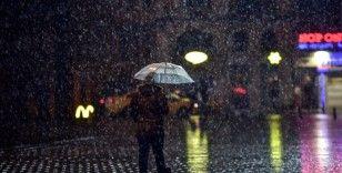 Taksim'de kar yağışı başladı