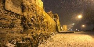 İstanbul'da beklenen kar yağdı yerler beyaz örtüyle kaplandı