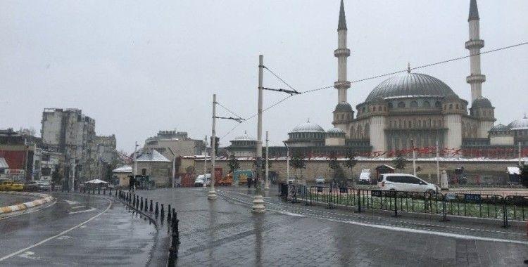 Kar Taksim Camii'nin kubbesini beyaza bürüdü