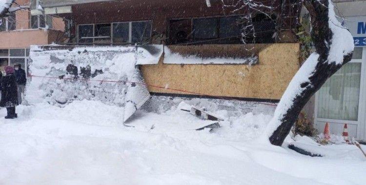 Çöken sundurmanın altında kalan 3 kişi yaralandı
