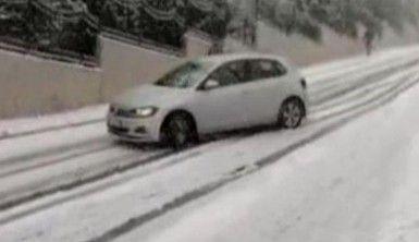 Karda kayan araç bariyerlere böyle çarptı