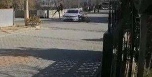 Feci anlar kamerada: Motosikletiyle çarptığı otomobilin üzerinden uçtu