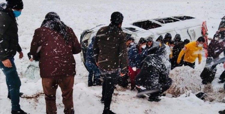Diyarbakır'da devrilen iki minibüste 22 kişi yaralandı