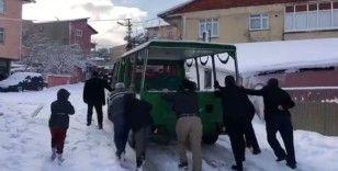 İBB'nin cenaze aracını karda vatandaşlar itti