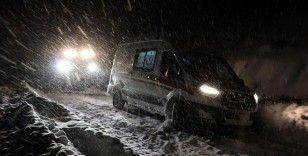 Ağrı'da yolu kardan kapanan köydeki hamile kadının yardımına paletli ambulans yetişti