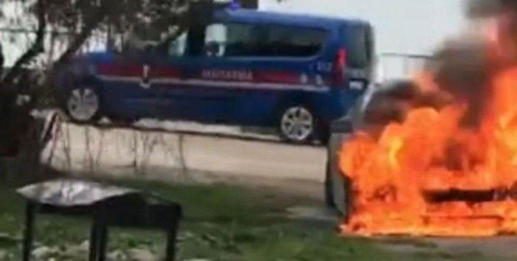 Park halindeki lüks otomobil alev alev yandı