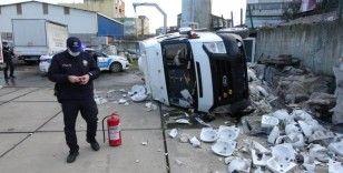 Hastalanan sürücü minibüsle akaryakıt istasyonunun bahçesine uçtu: 2 yaralı