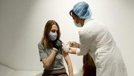 Rusya'da alışveriş merkezleri ve tiyatro binasında Kovid-19 aşısı yapılıyor