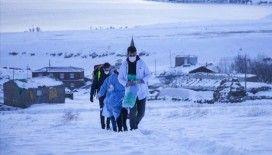 Sağlık ekipleri Bitlis'te kar ve soğuğa rağmen yaşlıların aşı çalışmalarını sürdürüyor