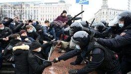 Rusya'da sokaklar karıştı, halk polisle çatışıyor