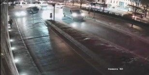 """İstanbul'un göbeğinde feci """"makas"""" kazası kamerada"""