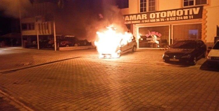 Galeri önündeki satılık araç alev topuna döndü