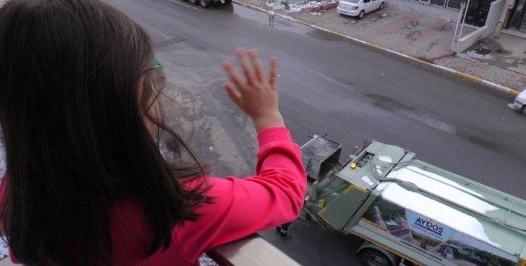 Minik kız 3 yıldır çöp arabasına el sallıyor
