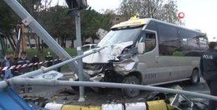 Otomobille çarpışan minibüs direğe çarptı: 7 yaralı