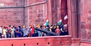Hindistan'da liberal tarım yasasını protesto eden çiftçiler, traktörlerle polis barikatlarını geçip Kızıl Kale'ye girdi