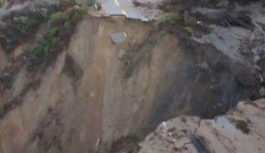 California'da şiddetli yağmur sonrası kıyı şeridindeki yol çöktü