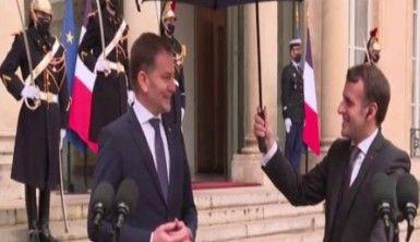 Fransa Cumhurbaşkanı Macron'dan, Slovakya Başbakanı'na şemsiye jesti