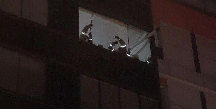 Fırtınada uçuşan balkon camlarına itfaiye müdahale etti