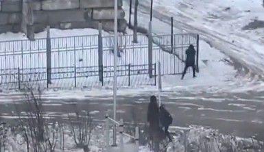 Rusya'da fırtınaya yakalananlar tabelalara sarıldı