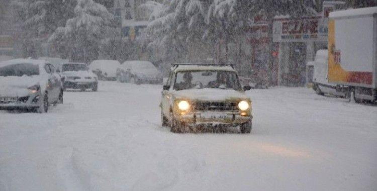 Kiev'de kar yağışları okulları tatil ettirdi
