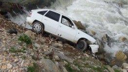 Otomobil dereye uçtu, sürücü kayıplara karıştı
