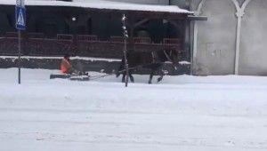 Ukrayna'da 'atlı' kar küreme aracı sosyal medyada viral oldu