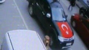 Yolun karşısına geçmeye çalışırken böyle araba çarptı